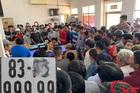 Hàng trăm người chen chúc đợi bấm biển số ngũ quý 9
