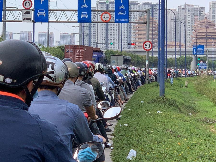 Cửa ngõ Sài Gòn kẹt xe nghiêm trọng từ sáng đến chiều