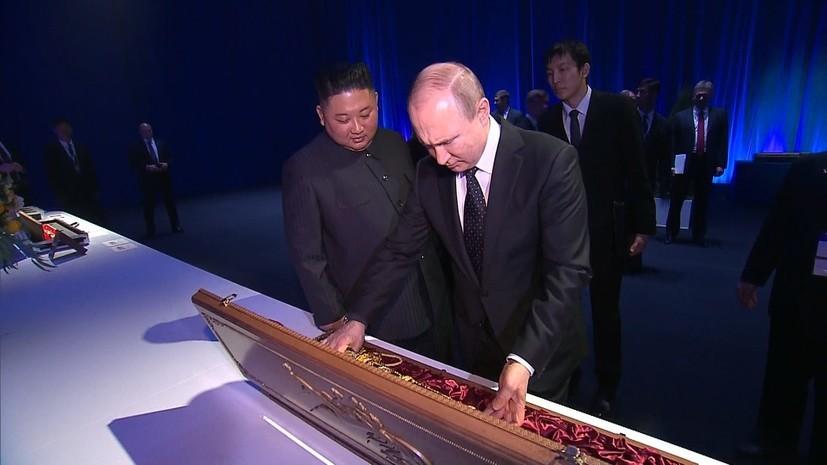 Putin và Kim Jong Un tặng kiếm và đồng xu cho nhau
