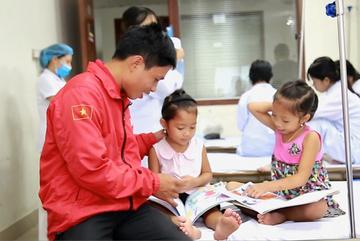 Bố lên Hà Nội chạy xe ôm nuôi 2 con mắc căn bệnh nhiều người có mặt giống nhau