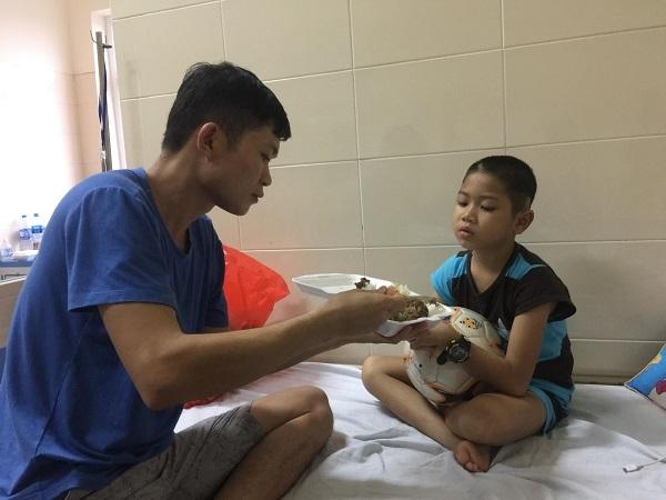 Cậu bé u não mơ trở thành cầu thủ bóng đá giỏi như Quang Hải