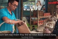 Sau lá chuối, siêu thị hải sản gói thực phẩm bằng túi cói khiến nhiều người thích thú