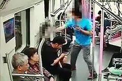 Bị từ chối cho số điện thoại, gã đàn ông đấm thẳng mặt cô gái