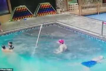 Con suýt chết đuối, mẹ bơi bên cạnh không hay biết
