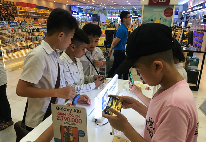 Prolonged heat wave drives visitors to commercial centres across Hanoi