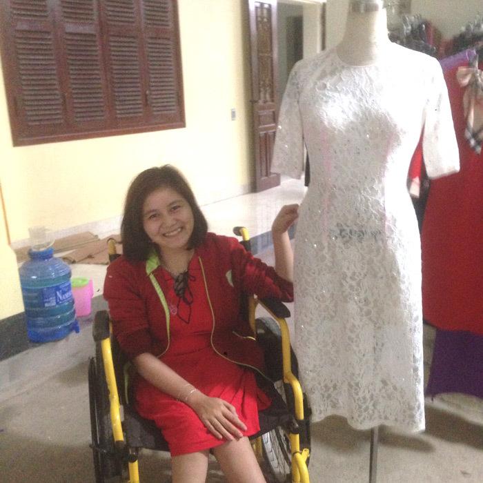 Tình yêu cô thợ may 19 năm ngồi xe lăn: 'Anh ấy vệ sinh cá nhân cho em'