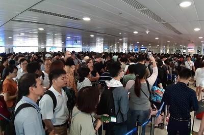 Dân ùn ùn đi nghỉ lễ, sân bay Tân Sơn Nhất nêm cứng người