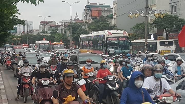 Hà Nội, Sài Gòn lại kẹt cứng mọi ngả, tất cả chen chân đi nghỉ lễ 30/4-1/5