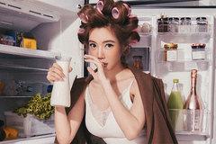 Elly Trần khoe vẻ gợi cảm bên đồ ăn