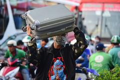 Hành khách vác vali chạy bộ hàng trăm mét, kịp mua vé về quê nghỉ lễ