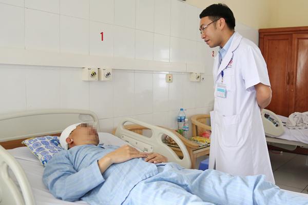 Người đàn ông Quảng Ninh bị vỡ xương sọ khi chơi đá bóng