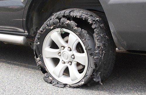 Xe hơi nổ lốp dưới trời nắng nóng, xử lý nhanh gọn như thế nào?