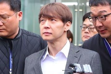 Park Yoochun bị áp giải sau phiên thẩm vấn cáo buộc dùng ma tuý