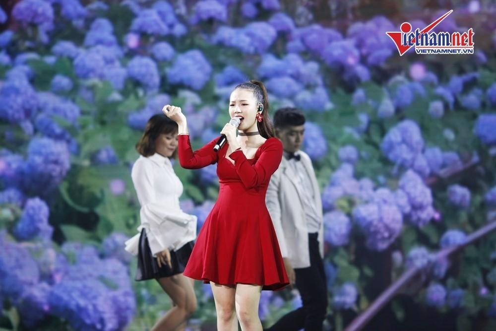'Bạn gái tin đồn' của Sơn Tùng M-TP lột áo lộ dán ngực phản cảm