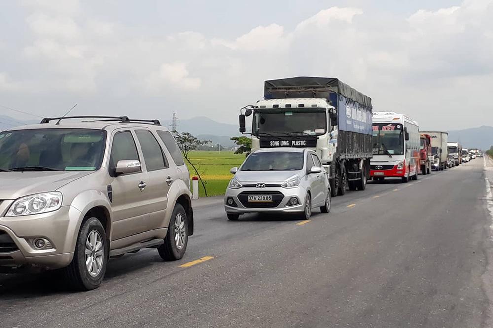 4 ô tô đâm liên hoàn, xe đầu kéo lao xuống ruộng ở đường tránh Vinh