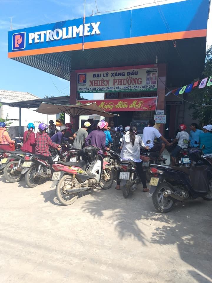 Hàng trăm người dân chen nhau mua từng lít xăng