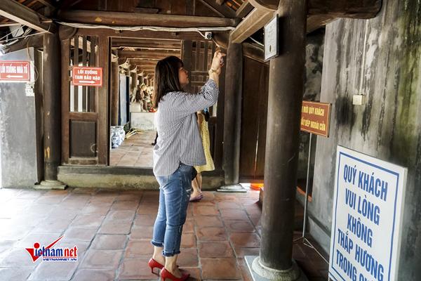 Du khách chụp ảnh kỷ niệm tại chùa