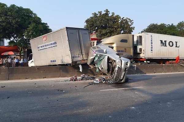 Xe container tông dồn toa cả loạt ô tô dừng đèn đỏ ở Hà Tĩnh