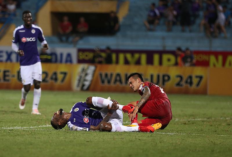 Cầu thủ Hà Nội quên ăn mừng bàn thắng vì lo cho Samson