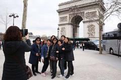 Kẻ móc túi quyến rũ ở Paris bị TQ cảnh báo du khách tránh xa