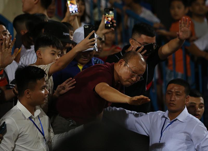 Thầy Park... trèo rào bắt tay Quang Hải, Đình Trọng ở sân Hàng Đẫy