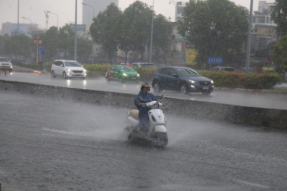 Sau nắng nóng 40 độ, Sài Gòn đón mưa vàng 'giải nhiệt'