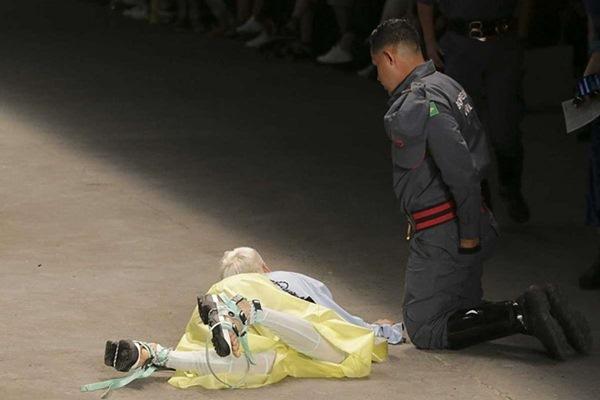 Người mẫu 26 tuổi đột tử sau cú ngã mạnh trên sàn diễn