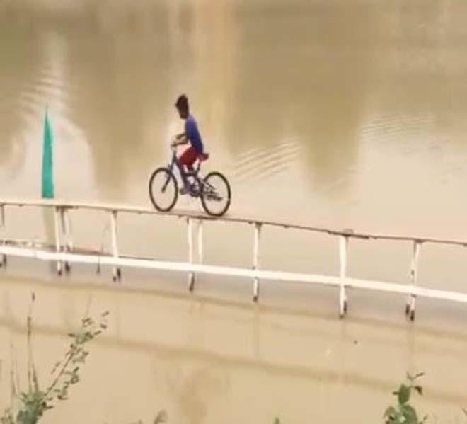 Đua xe đạp phiên bản Ấn Độ, các tay đua chuyên nghiệp cũng phải 'khóc thét'