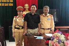 Cảnh sát giao thông Nghệ An trả lại 30 triệu đồng cho người đánh rơi