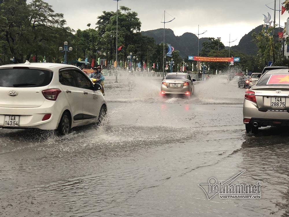 Mưa lớn 1 tiếng, phố biển Hạ Long ngập lút vỉa hè