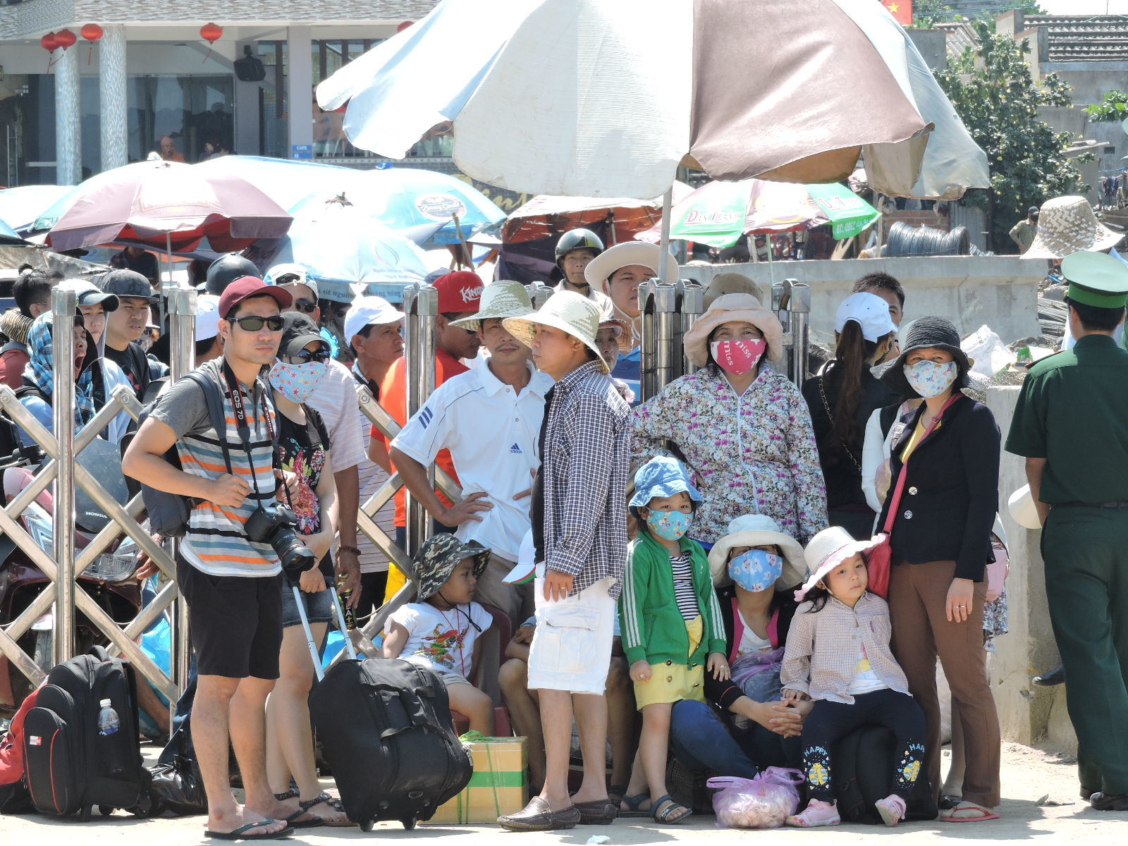 Ly Ben full of tourists: 3000 seats receive 12,000 people