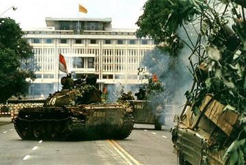 Chiếc xe tăng nào húc đổ cổng Dinh Độc Lập trưa ngày 30/4/1975?