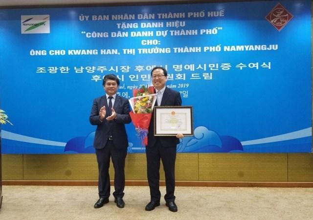 Hue city bestows honorary citizenship upon RoK national