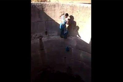 Hạn hán cực điểm, phụ nữ Ấn liều mình xuống giếng sâu tìm nước
