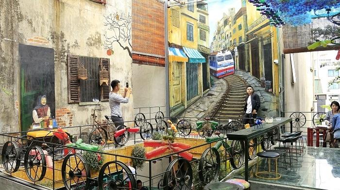 Lạ Hà Nội: Tây ồ ạt kéo đến quán cà phê 'đổ nát'