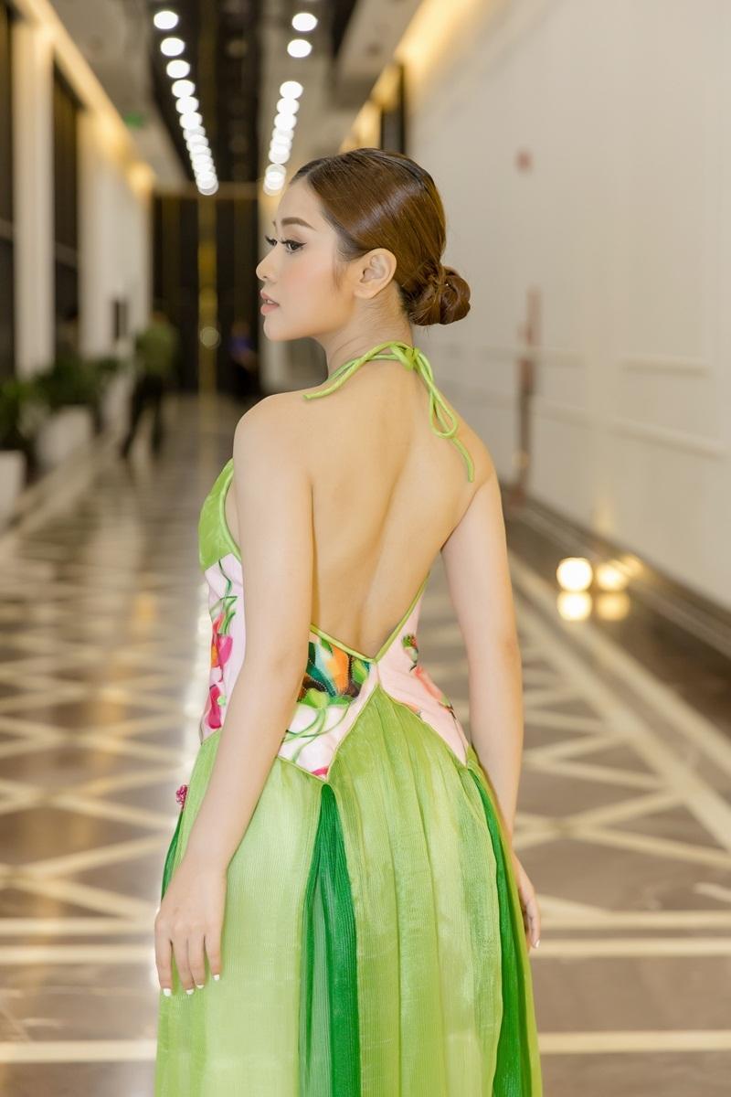 Sao mai Thu Hằng táo bạo mặc váy yếm lưng trần