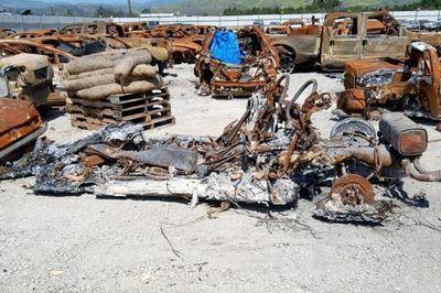 Kì lạ siêu xe cháy thành sắt vụn vẫn bán được tiền