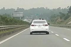 Tốc độ 100 km/h, xe vẫn mở cửa sổ trời cho trẻ con thò đầu ra chơi