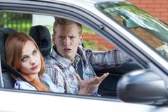 Vợ chê tôi lái xe như ông già, tôi lái xe chậm có an toàn không?