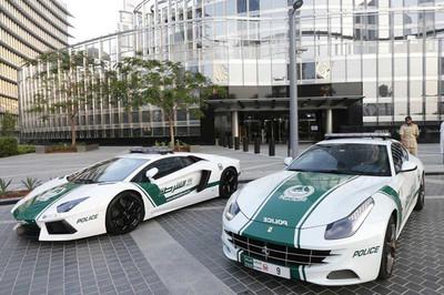 Choáng ngợp trước dàn siêu xe đắt đỏ của cảnh sát Dubai