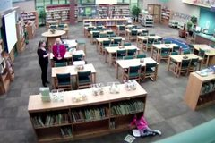 Giáo viên mất việc vì bị bắt quả tang đá học sinh trong thư viện
