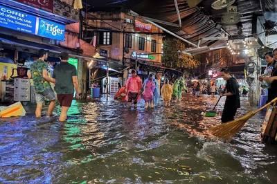Hà Nội mưa cực to giữa kỳ nghỉ lễ, nửa đêm rẽ sóng về nhà