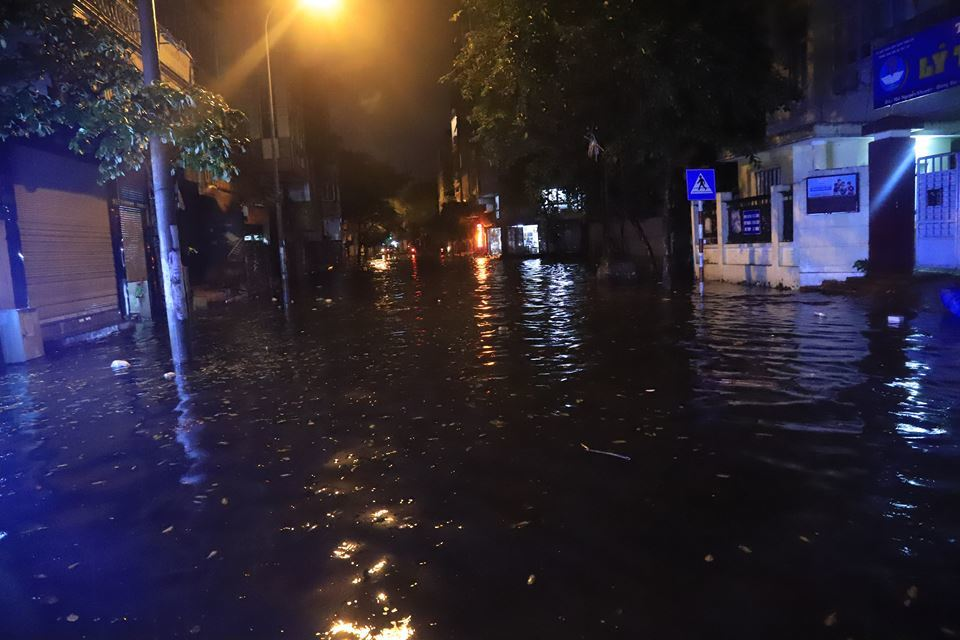Hanoi extreme rain between the holidays, at midnight all Wave home