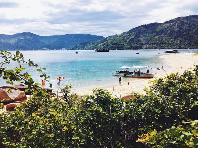 Exploring natural beauty of Hon Nua island in Phu Yen