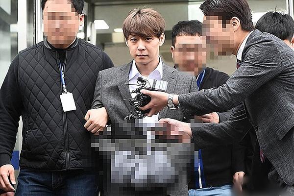 Sao Hàn bị 'ném đá' vì tiết lộ tình tiết bom tấn 'Avengers' với fan