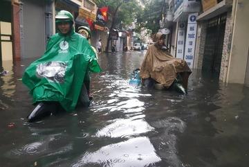 Hà Nội mưa lớn sáng 30/4, xe máy bơi trong biển nước