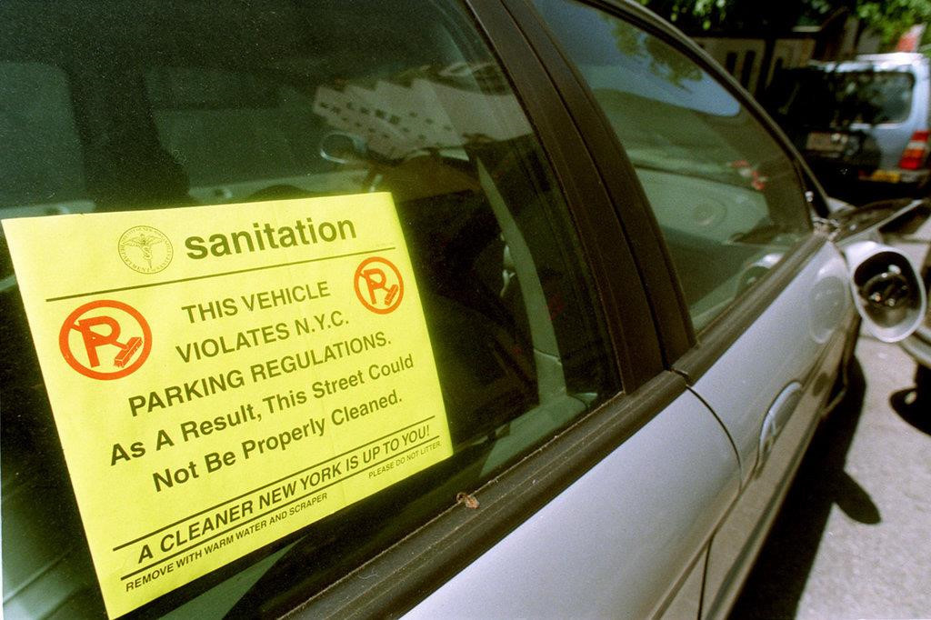 Dặt dẹo vỉa hè, 'chỉ điểm' ô tô vi phạm cho công an kiếm 100 triệu
