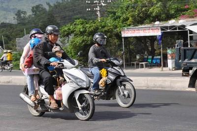 Đi xe máy dịp nghỉ lễ, tránh rủi ro cách nào?