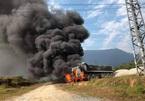 Vướng đường điện trung thế, xe đầu kéo bốc cháy dữ dội