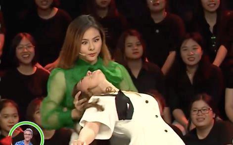 Vân Trang nói gì khi bị phản đối vì nhắc bài phản cảm ở Nhanh như chớp